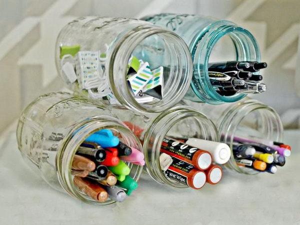 Potes de vidro com canetas